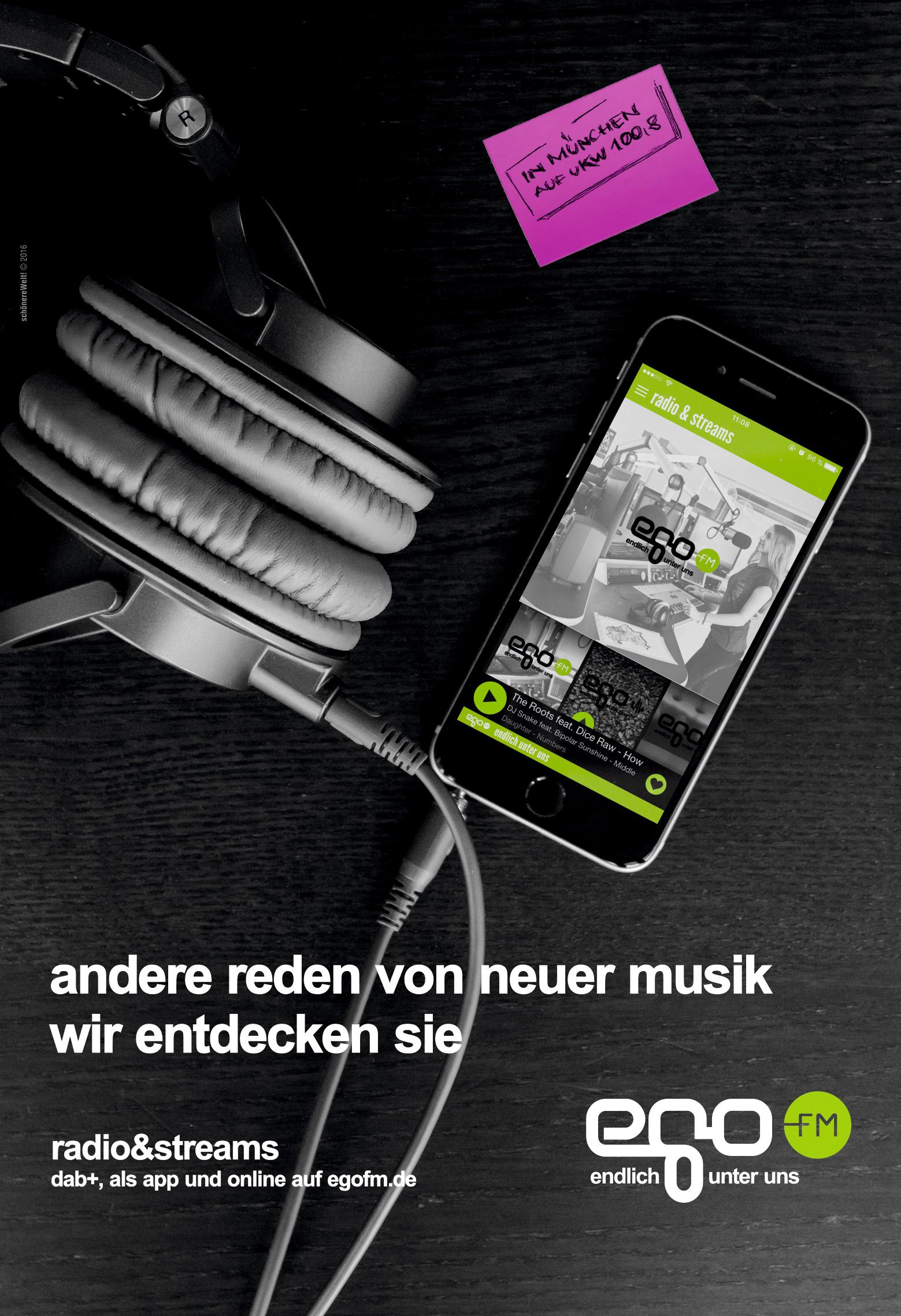 Tisch mit iPhone mit egoFm App Radio & Streams, pinker Postit und Headphones